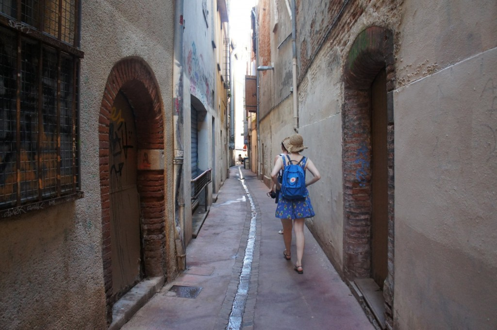 Love the sound of footsteps in quiet little streets < 3