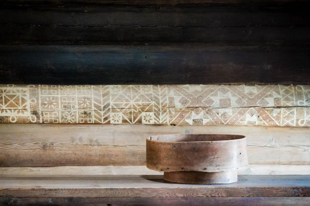 Beautiful chalk decorations inside a 'smoke stove house'.